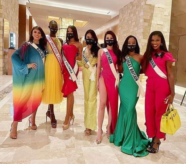 """Hoa hậu Khánh Vân """"chặt đẹp"""" dàn thí sinh Miss Universe với thiết kế hoa súng gợi cảm, khoe chân dài mướt mắt - Ảnh 3."""