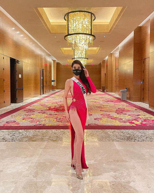 """Hoa hậu Khánh Vân """"chặt đẹp"""" dàn thí sinh Miss Universe với thiết kế hoa súng gợi cảm, khoe chân dài mướt mắt - Ảnh 1."""