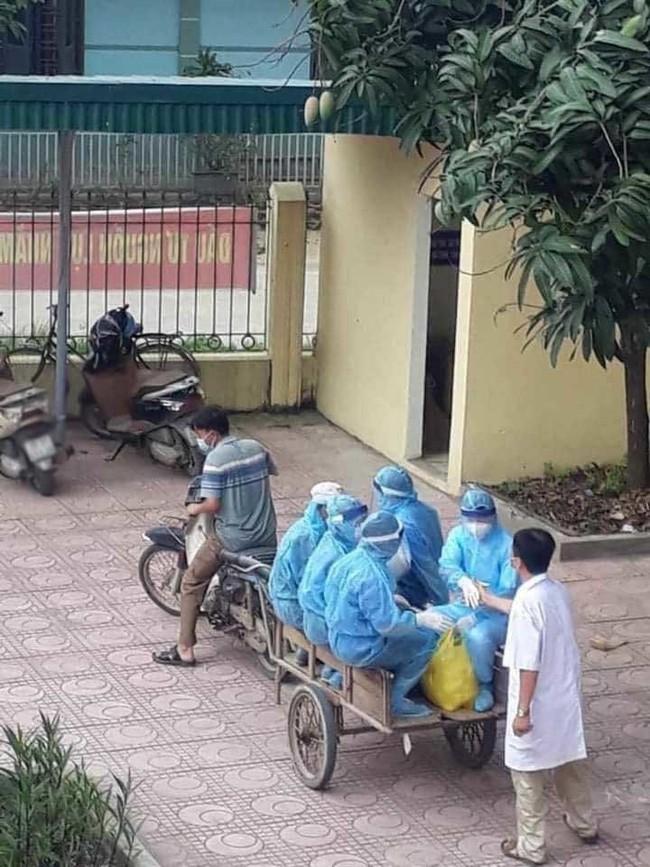 Hình ảnh các tình nguyện viên, bác sĩ chống dịch ngồi xe kéo đến điểm dịch, nhân viên y tế kiệt sức ngủ gục tại chỗ: Chiếc xe cà tàng chở những con người quả cảm - Ảnh 1.