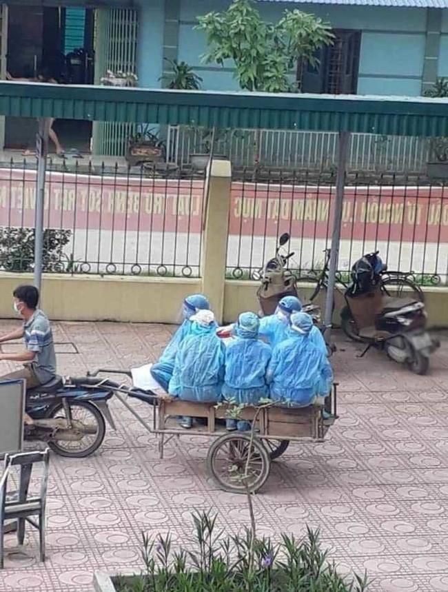 Hình ảnh các tình nguyện viên, bác sĩ chống dịch ngồi xe kéo đến điểm dịch, nhân viên y tế kiệt sức ngủ gục tại chỗ: Chiếc xe cà tàng chở những con người quả cảm - Ảnh 2.