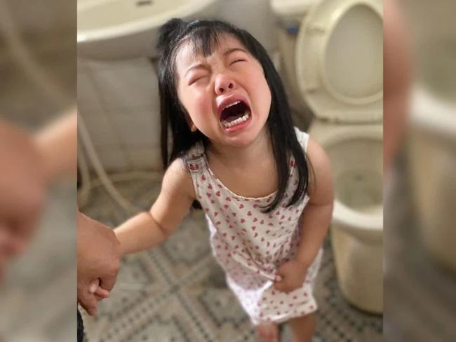 Con gái khóc dữ dội sau khi bố rửa đít, nhìn vẻ mặt con suy sụp làm mẹ suýt té ngửa khi hiểu ra sự việc - Ảnh 2.