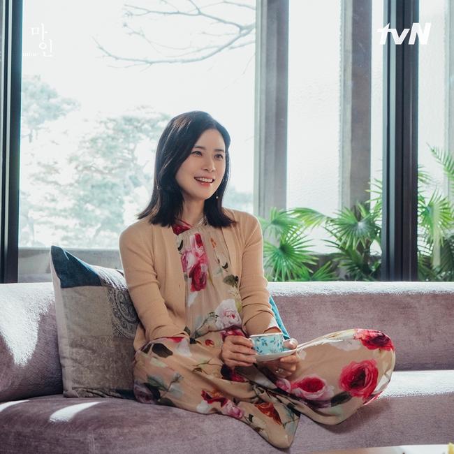 Đẳng cấp thời trang của Hoa hậu Hàn Quốc trong phim mới: Tủ đồ 100% váy áo xa xỉ,  - Ảnh 4.