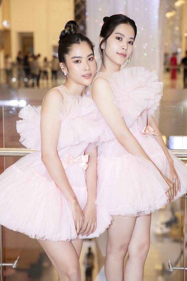 Chị em Nam Anh - Nam Em, siêu mẫu Võ Hoàng Yến... cả Vbiz hóa công chúa kiêu sa trong những thiết kế váy áo bay bổng - Ảnh 7.