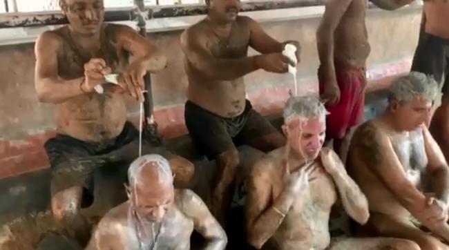 CLIP: Cận cảnh người dân Ấn Độ ngâm mình trong bể nước tiểu và phân bò để điều trị COVID-19  - Ảnh 8.