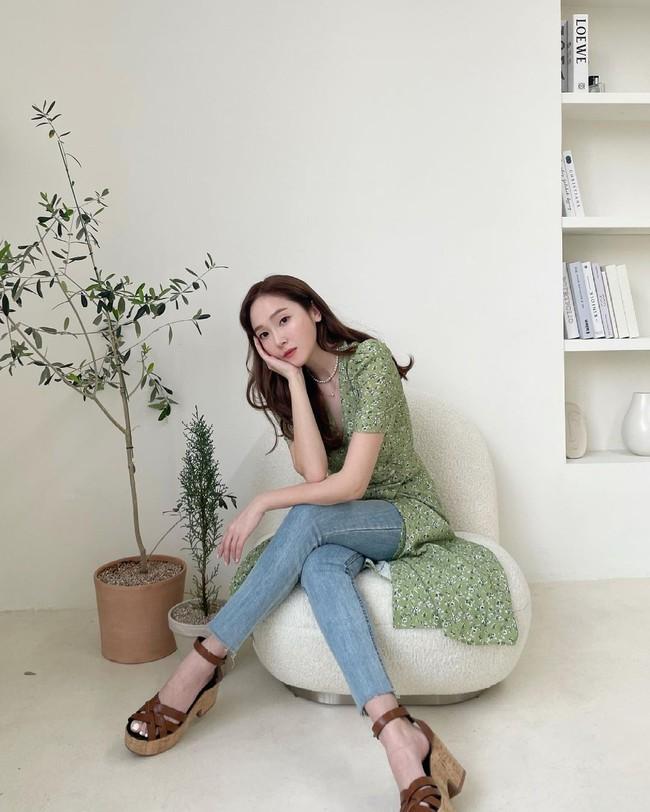 Chị em muốn mặc quần jeans không chỉ trẻ mà còn thanh lịch và sang chảnh, hãy học các sao Hàn 30+ - Ảnh 8.