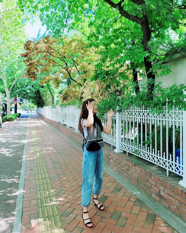 Chị em muốn mặc quần jeans không chỉ trẻ mà còn thanh lịch và sang chảnh, hãy học các sao Hàn 30+ - Ảnh 9.