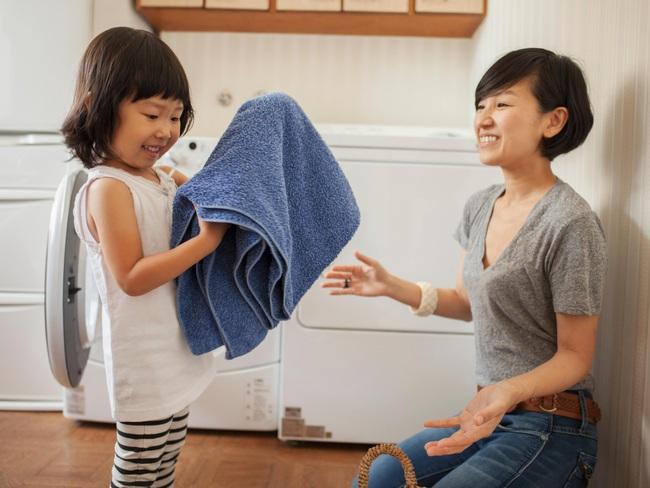 Gợi ý 22 việc nhà phù hợp với trẻ mọi lứa tuổi, bố mẹ vừa nhàn lại tạo lập thói quen tốt cho con - Ảnh 4.