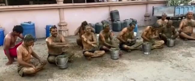 CLIP: Cận cảnh người dân Ấn Độ ngâm mình trong bể nước tiểu và phân bò để điều trị COVID-19  - Ảnh 5.