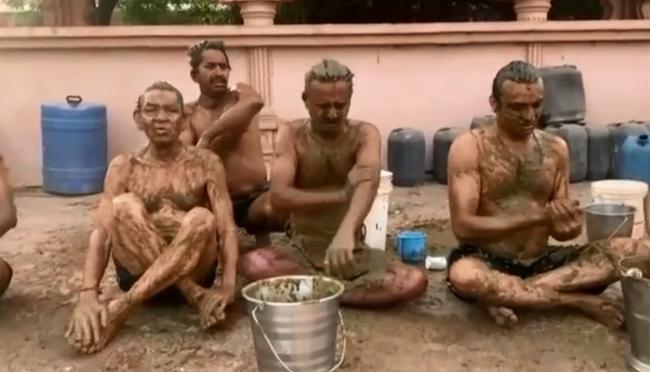 CLIP: Cận cảnh người dân Ấn Độ ngâm mình trong bể nước tiểu và phân bò để điều trị COVID-19  - Ảnh 4.