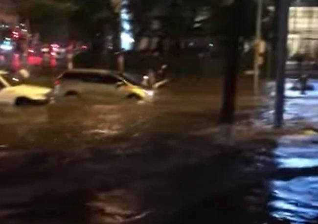 """Mùa mưa đến, cộng đồng mạng lại được dịp điểm danh các """"bể bơi"""" bất đăc dĩ - Ảnh 1."""