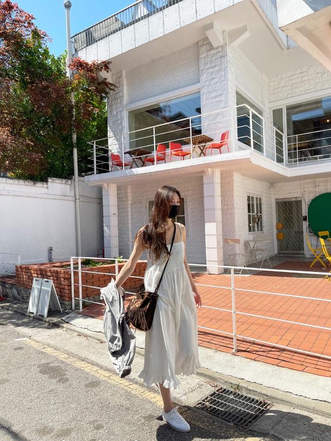 Để biết thế nào là diện váy hai dây xịn đẹp level cao nhất, chị em hãy ngắm 12 set đồ của gái Hàn - Ảnh 12.