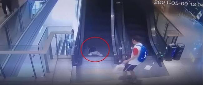 Bố cúi người buộc giày, bé trai 1 tuổi chạy vấp ngã, 3 ngón tay bị kẹt đứt ở thang cuốn trung tâm mua sắm - Ảnh 3.