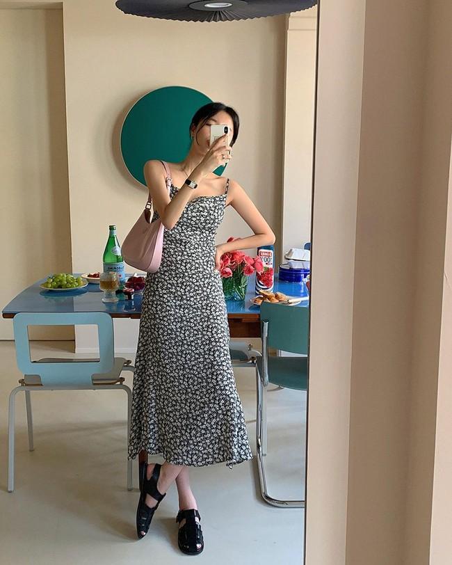 Để biết thế nào là diện váy hai dây xịn đẹp level cao nhất, chị em hãy ngắm 12 set đồ của gái Hàn - Ảnh 1.