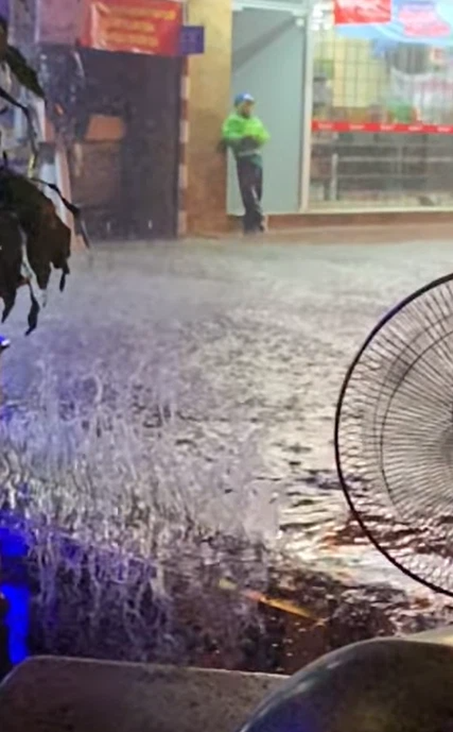 """Mùa mưa đến, cộng đồng mạng lại được dịp điểm danh các """"bể bơi"""" bất đăc dĩ - Ảnh 6."""