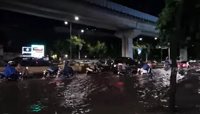 """Mùa mưa đến, cộng đồng mạng lại được dịp điểm danh các """"bể bơi"""" bất đăc dĩ - Ảnh 7."""