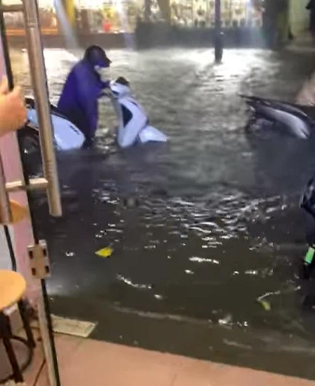 """Mùa mưa đến, cộng đồng mạng lại được dịp điểm danh các """"bể bơi"""" bất đăc dĩ - Ảnh 9."""