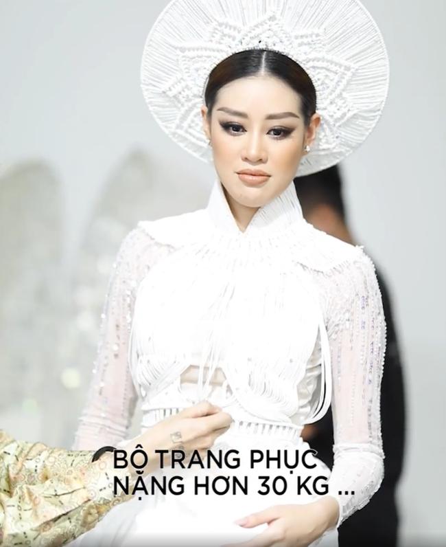 Fan lo lắng vì Khánh Vân tiết lộ gặp chấn thương khi mặc trang phục dân tộc trước bán kết Miss Universe 2020 - Ảnh 4.