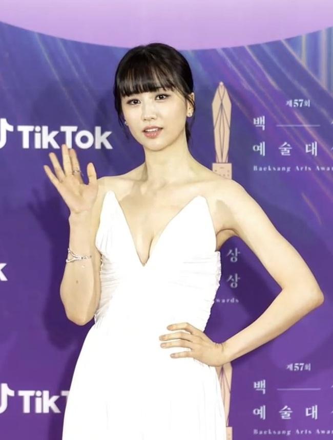 """Thảm đỏ lễ trao giải Baeksang 2021: """"Tình đầu quốc dân"""" Suzy gây sốt với đầm đen quyến rũ, dàn sao """"Cuộc Chiến Thượng Lưu"""" đổ bộ - Ảnh 12."""