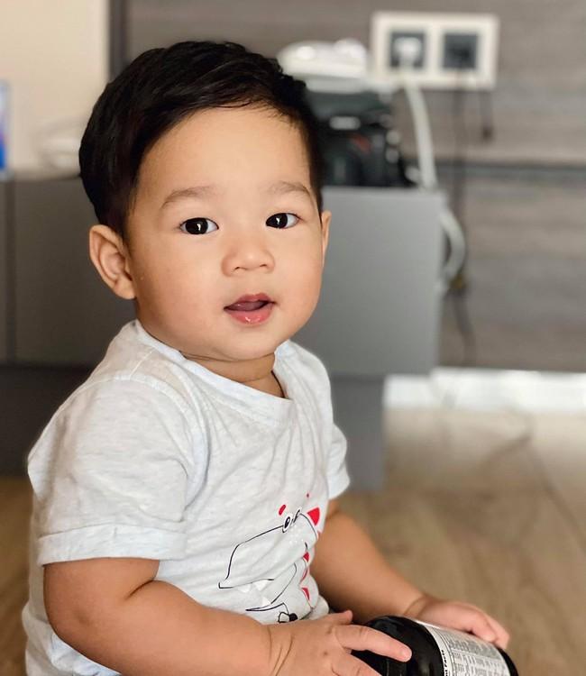 Bố là Tổng giám đốc nhưng con trai Đặng Thu Thảo diện quần áo rất bình dân, khác hẳn cô chị toàn dùng hàng giá cao - Ảnh 1.