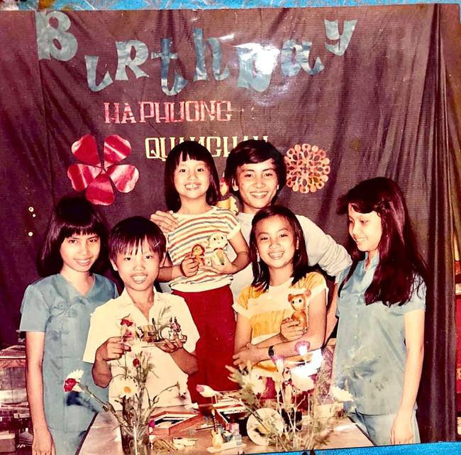 Bức ảnh tuổi thơ cực hiếm của gia đình ca sĩ Cẩm Ly, nhìn ảnh chẳng ai ngờ sau lớn lên có người trở thành vợ tỷ phú  - Ảnh 1.