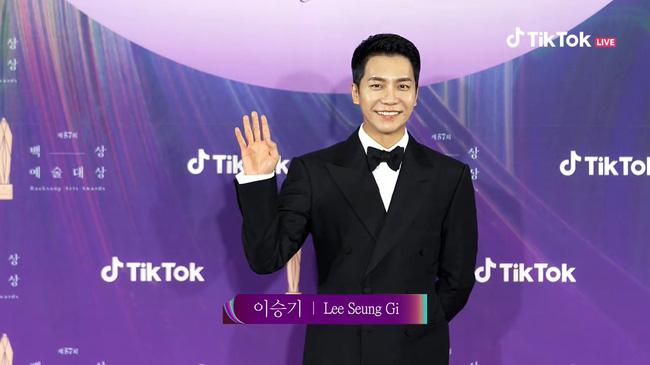 """Thảm đỏ lễ trao giải Baeksang 2021: Ác nữ """"Cuộc Chiến Thượng Lưu"""" Kim So Yeon nổi bật nhưng có gây sốt bằng siêu mẫu khoe vòng 1 khủng - Ảnh 20."""