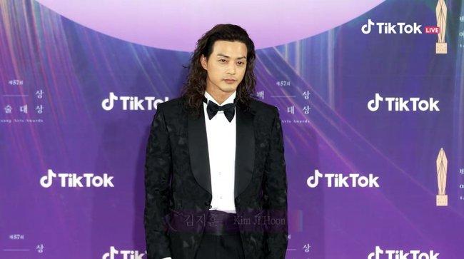 """Thảm đỏ lễ trao giải Baeksang 2021: Ác nữ """"Cuộc Chiến Thượng Lưu"""" Kim So Yeon nổi bật nhưng có gây sốt bằng siêu mẫu khoe vòng 1 khủng - Ảnh 22."""