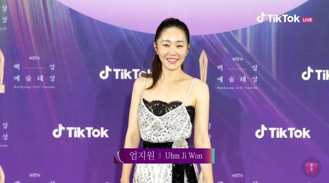 """Thảm đỏ lễ trao giải Baeksang 2021: Ác nữ """"Cuộc Chiến Thượng Lưu"""" Kim So Yeon nổi bật nhưng có gây sốt bằng siêu mẫu khoe vòng 1 khủng - Ảnh 25."""