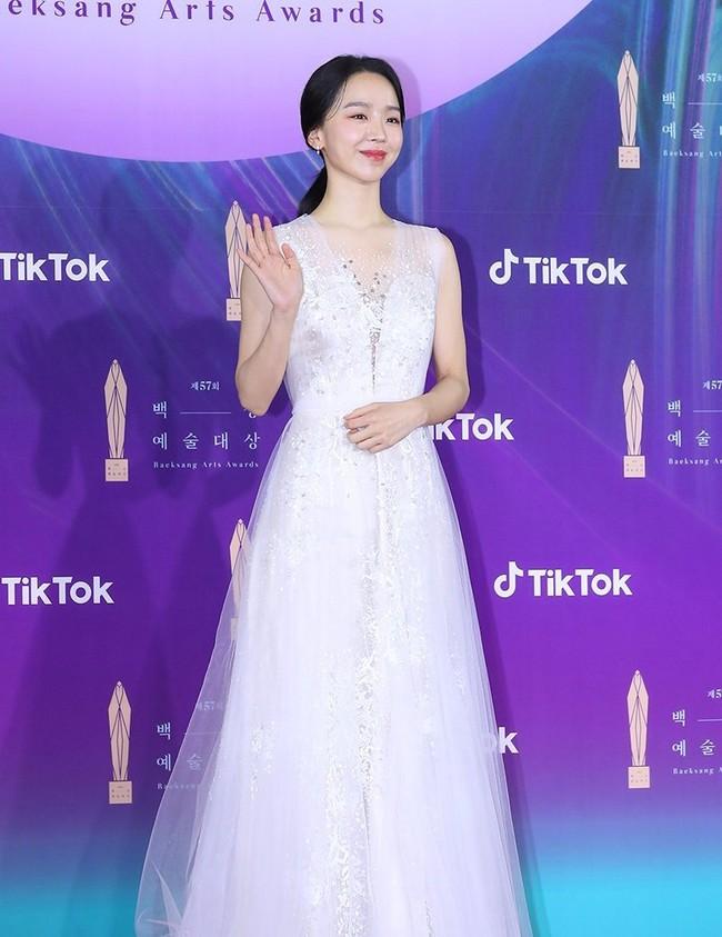 """Thảm đỏ lễ trao giải Baeksang 2021: Ác nữ """"Cuộc Chiến Thượng Lưu"""" Kim So Yeon nổi bật nhưng có gây sốt bằng siêu mẫu khoe vòng 1 khủng - Ảnh 19."""