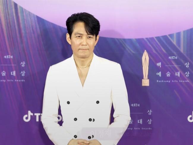 """Thảm đỏ lễ trao giải Baeksang 2021: Ác nữ """"Cuộc Chiến Thượng Lưu"""" Kim So Yeon nổi bật nhưng có gây sốt bằng siêu mẫu khoe vòng 1 khủng - Ảnh 23."""
