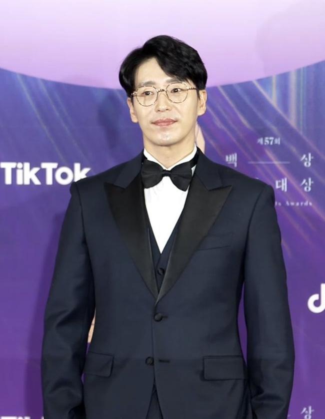 """Thảm đỏ lễ trao giải Baeksang 2021: Ác nữ """"Cuộc Chiến Thượng Lưu"""" nổi bật nhưng có gây sốt bằng siêu mẫu khoe vòng 1 khủng, Song Joong Ki bảnh bao như chú rể - Ảnh 11."""