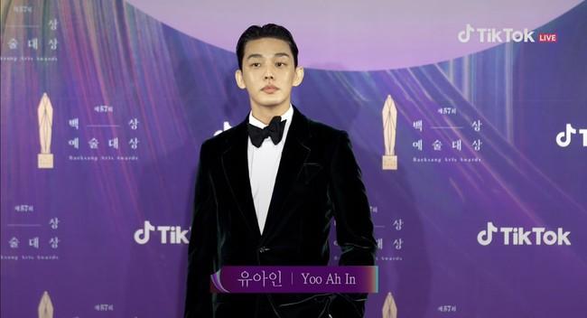 """Thảm đỏ lễ trao giải Baeksang 2021: Ác nữ """"Cuộc Chiến Thượng Lưu"""" nổi bật nhưng có gây sốt bằng siêu mẫu khoe vòng 1 khủng, Song Joong Ki bảnh bao như chú rể - Ảnh 32."""