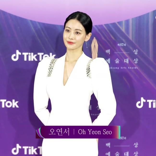 """Thảm đỏ lễ trao giải Baeksang 2021: Ác nữ """"Cuộc Chiến Thượng Lưu"""" nổi bật nhưng có gây sốt bằng siêu mẫu khoe vòng 1 khủng, Song Joong Ki bảnh bao như chú rể - Ảnh 34."""