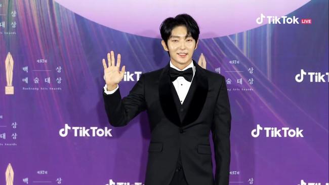 """Thảm đỏ lễ trao giải Baeksang 2021: Ác nữ """"Cuộc Chiến Thượng Lưu"""" nổi bật nhưng có gây sốt bằng siêu mẫu khoe vòng 1 khủng, Song Joong Ki bảnh bao như chú rể - Ảnh 31."""