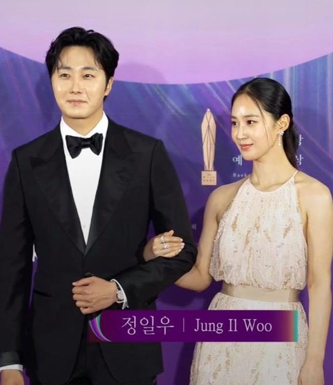 """Thảm đỏ lễ trao giải Baeksang 2021: Ác nữ """"Cuộc Chiến Thượng Lưu"""" nổi bật nhưng có gây sốt bằng siêu mẫu khoe vòng 1 khủng, Song Joong Ki bảnh bao như chú rể - Ảnh 33."""