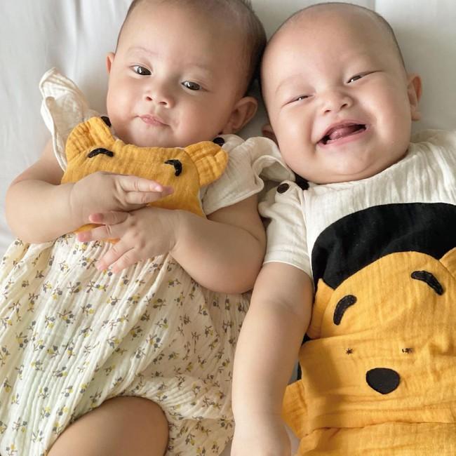 Cặp sinh đôi Lisa - Leon nhà Hồ Ngọc Hà dựa đầu nhau cười tươi hết cỡ đáng yêu vô cùng - Ảnh 2.