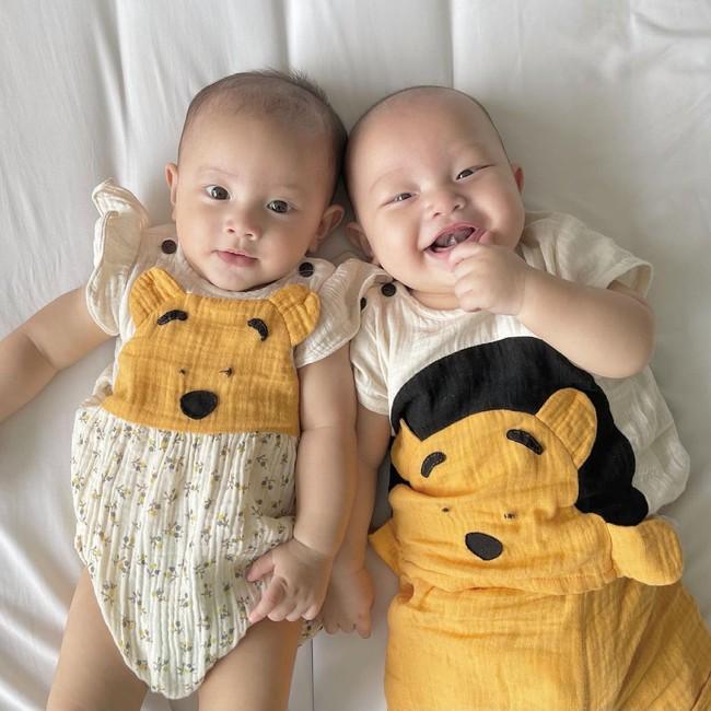 Cặp sinh đôi Lisa - Leon nhà Hồ Ngọc Hà dựa đầu nhau cười tươi hết cỡ đáng yêu vô cùng - Ảnh 5.
