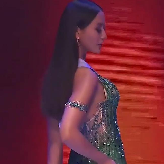 Bán kết Hoa hậu Hoàn vũ 2020: Khánh Vân kết màn cực đỉnh với những cú xoay váy thần thái, thí sinh Indonesia lộ miếng độn ngực trước máy quay - Ảnh 15.