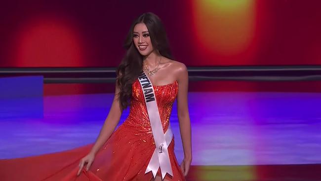 Bán kết Hoa hậu Hoàn vũ 2020: Khánh Vân kết màn cực đỉnh với những cú xoay váy thần thái, thí sinh Indonesia lộ miếng độn ngực trước máy quay - Ảnh 18.