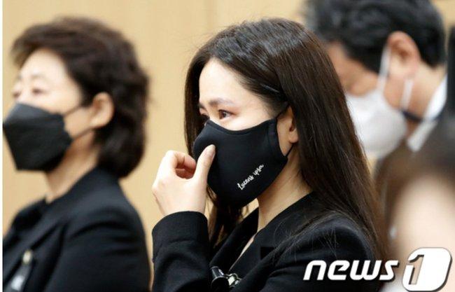Son Ye Jin mắt đỏ hoe xuất hiện cùng tài tử Lee Byung Hun, chuyện gì đây? - Ảnh 2.