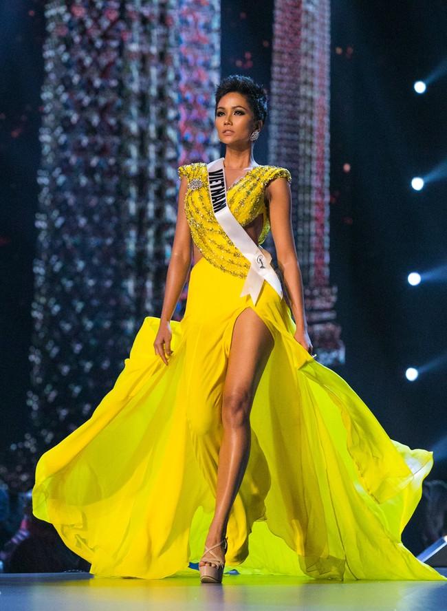 """Đây chính là 7 """"tuyệt tác"""" đầm dạ hội mà các đại diện Việt Nam từng mang đi chinh chiến tại Miss Universe - Ảnh 2."""