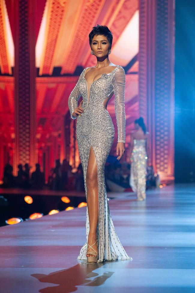 """Đây chính là 7 """"tuyệt tác"""" đầm dạ hội mà các đại diện Việt Nam từng mang đi chinh chiến tại Miss Universe - Ảnh 3."""