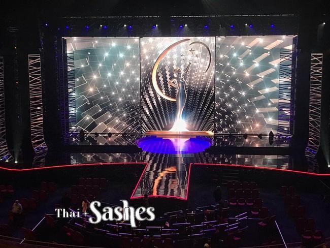 Chung kết Miss Universe 2020: Lộ diện những hình ảnh đầu tiên của Khánh Vân và dàn thí sinh trên sân khấu cực hoành tráng - Ảnh 2.
