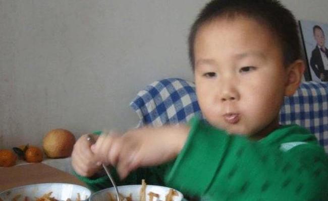 """Thường xuyên nấu món ăn bổ dưỡng mà con trai 6 tuổi vẫn bé như đứa trẻ 4 tuổi, đưa con đi khám, bố mẹ """"ngả ngửa"""" khi nghe kết quả - Ảnh 1."""