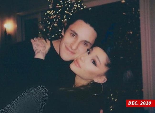 No.1 hot search Weibo: Ariana Grande chính thức kết hôn với bạn trai doanh nhân bất động sản - Ảnh 1.