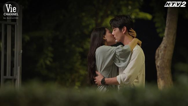 """Song Luân - Minh Trang của """"Cây táo nở hoa"""" tương tác ngọt lịm từ phim ra đời, bảo sao mà fan không đẩy thuyền - Ảnh 1."""