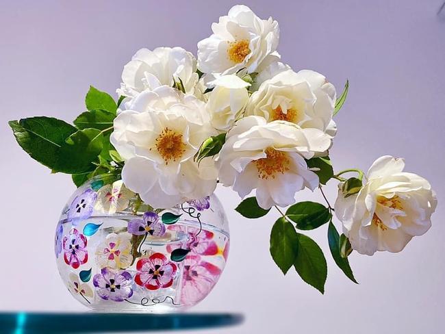 """Bị """"hớp hồn"""" bởi màu trắng tinh khôi của cúc dại, vợ đảm tại Úc thử tài với 1001 cách cắm hoa, tô điểm cho phòng khách trở nên thơ mộng lãng mạn - Ảnh 11."""