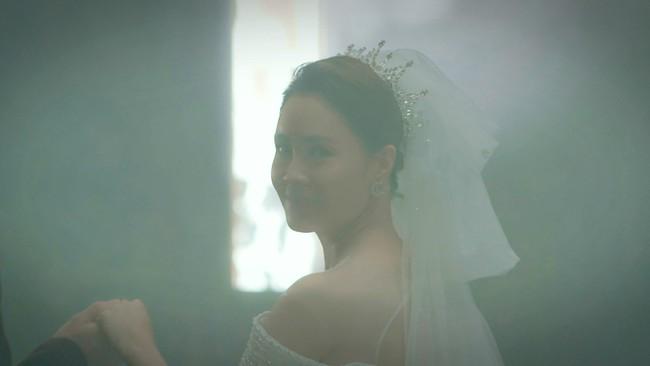 Hướng dương ngược nắng cận kề tập cuối: Hồng Diễm làm cô dâu xinh đẹp, quả là tường thành nhan sắc 10 năm không đổi - Ảnh 1.