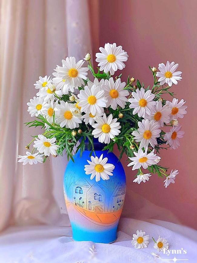"""Bị """"hớp hồn"""" bởi màu trắng tinh khôi của cúc dại, vợ đảm tại Úc thử tài với 1001 cách cắm hoa, tô điểm cho phòng khách trở nên thơ mộng lãng mạn - Ảnh 2."""