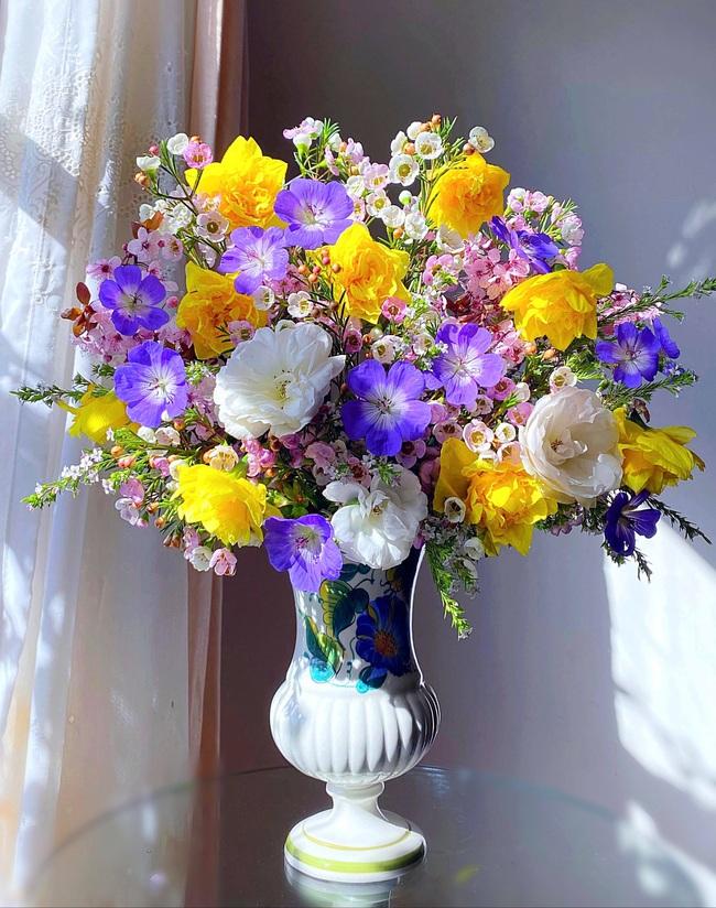 """Bị """"hớp hồn"""" bởi màu trắng tinh khôi của cúc dại, vợ đảm tại Úc thử tài với 1001 cách cắm hoa, tô điểm cho phòng khách trở nên thơ mộng lãng mạn - Ảnh 14."""