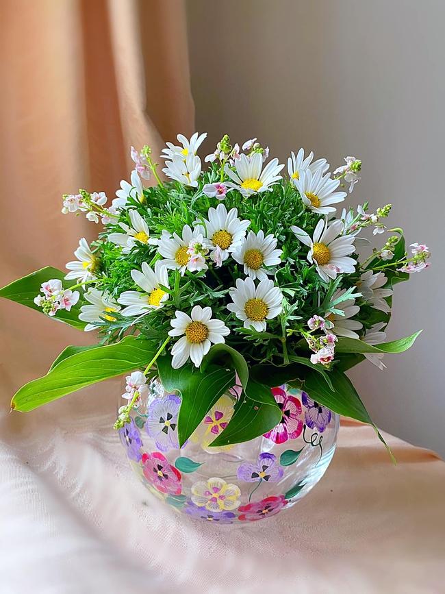 """Bị """"hớp hồn"""" bởi màu trắng tinh khôi của cúc dại, vợ đảm tại Úc thử tài với 1001 cách cắm hoa, tô điểm cho phòng khách trở nên thơ mộng lãng mạn - Ảnh 15."""